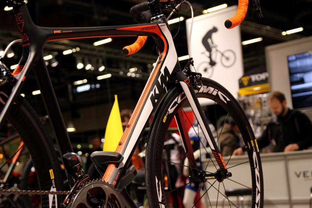 The KTM Revelator Prestige Di2 weight 6,7 kg at just below 7 000 €