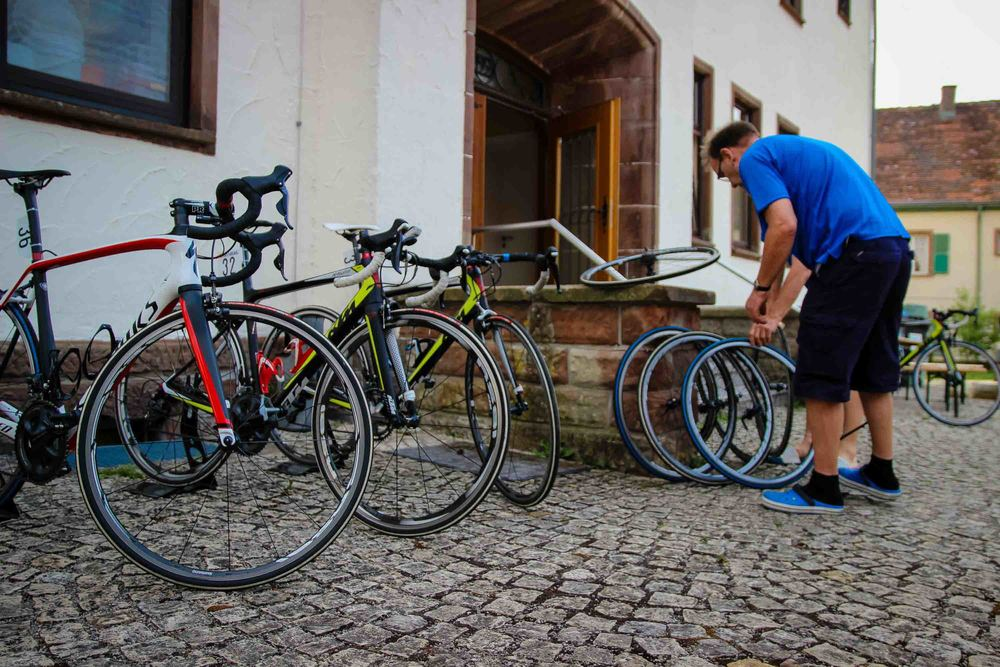 Pera and Kari preparing the bikes before the stage