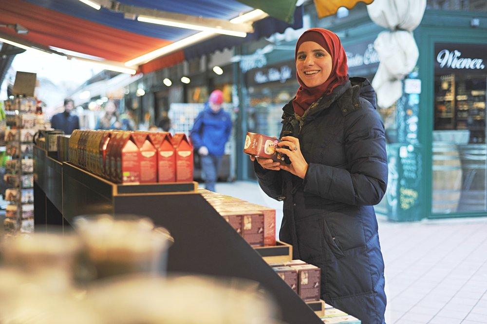 Am Naschmarkt gibt es genug Teesorten aus der ganzen Welt, genug Auswahl für Amani - eine leidenschaftliche Teetrinkerin.