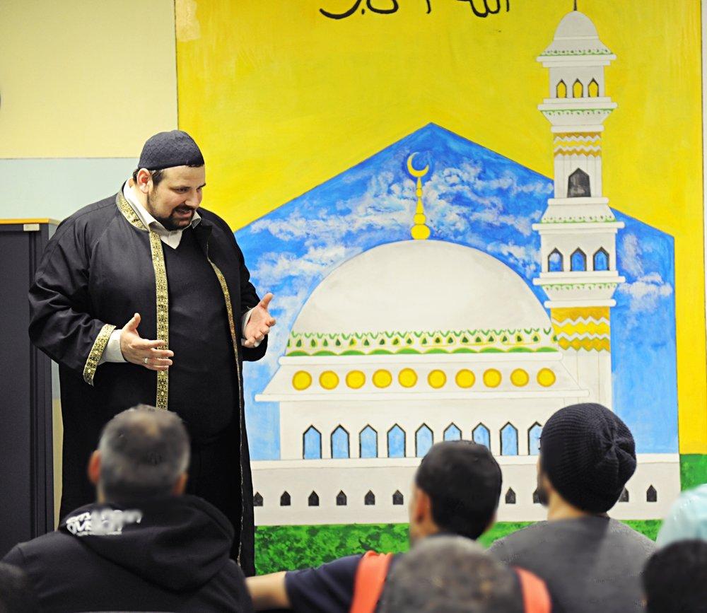 Freitagspredigt in der Moschee der Justizanstalt. Der Raum wurde von Häftlingen selbst gestaltet.