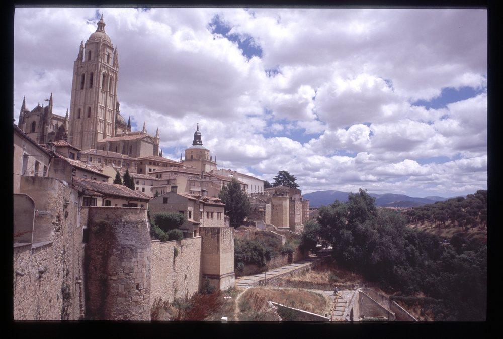 5-Vista de una parte de la Judería y la muralla.jpg