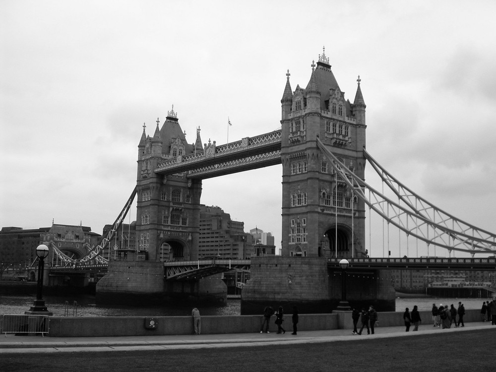 london-bridge-black-white-photo.jpg