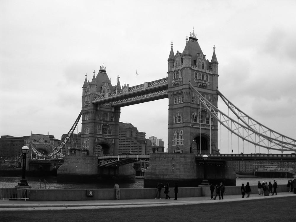 london-bridge-black-white-photo.jpg