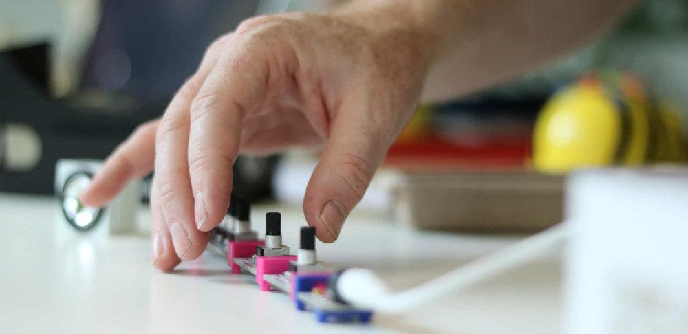 Linnéuniversitetet bjöd in lärare i grundskolan till en workshop där de fick testa programmering med Little-bits och Scratch. Se mer info   HÄR  .