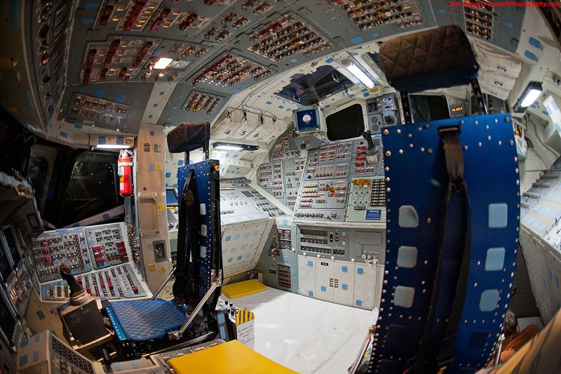 Endeavour_flight_deck_12.jpg