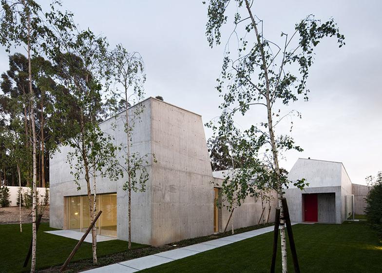 Dezeen_House-in-Ovar-by-Paula-Santos_SS_2.jpg