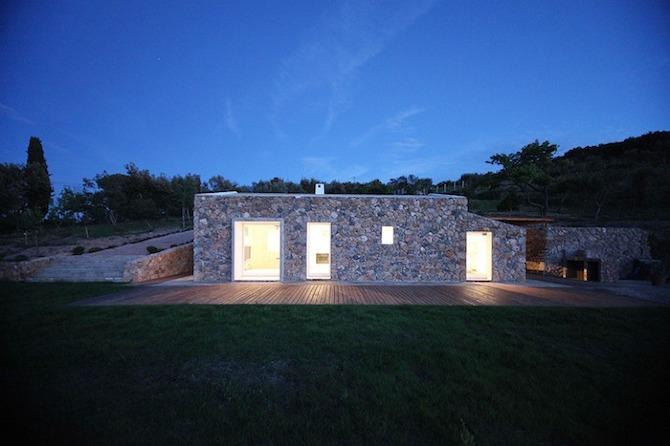 Seaside single house by Modostudio-thetreemag 01.jpg