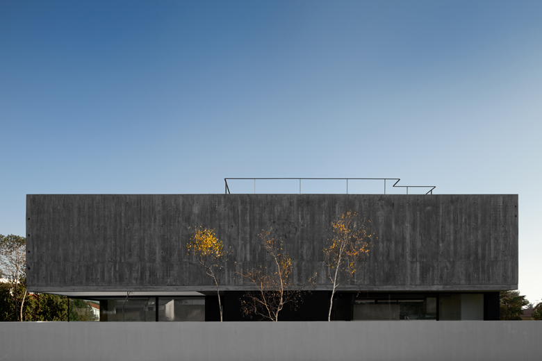the-tree-mag_house-in-aldeia-do-juso-by-arx-and-stefano-riva-10.jpg