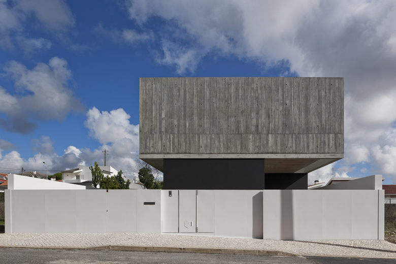 the-tree-mag_house-in-aldeia-do-juso-by-arx-and-stefano-riva-30.JPG