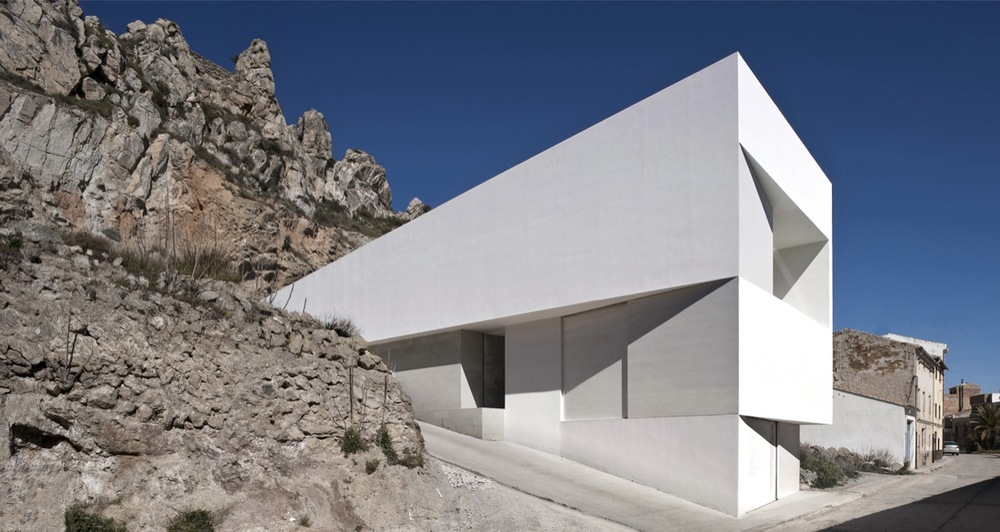 the-tree-mag_house-on-the-castle-mountainside-by-fran-silvestre-arquitectos-10.jpg