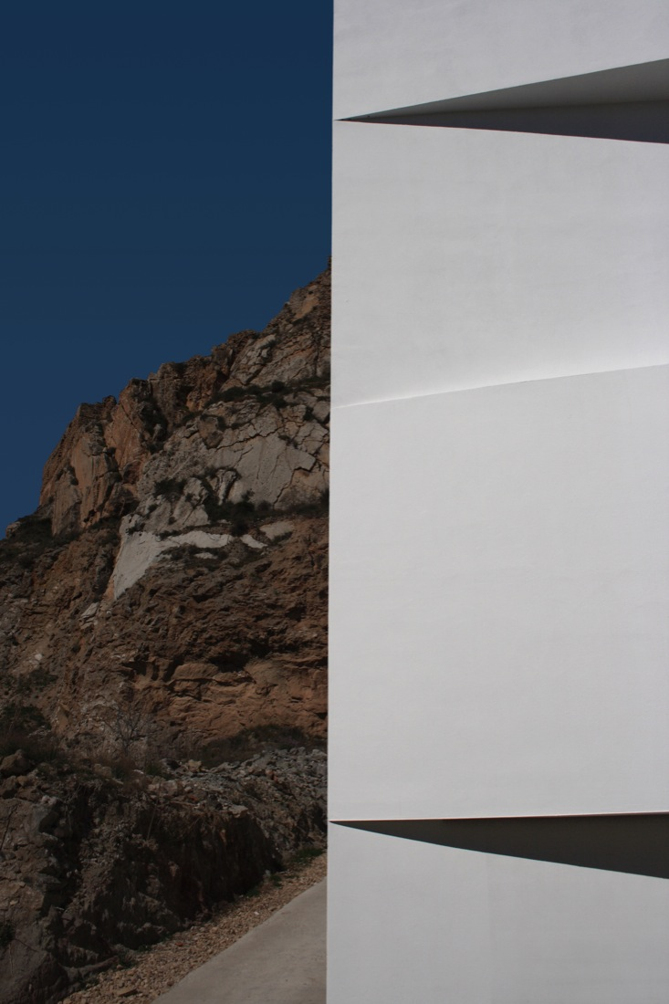 the-tree-mag_house-on-the-castle-mountainside-by-fran-silvestre-arquitectos-30.jpg
