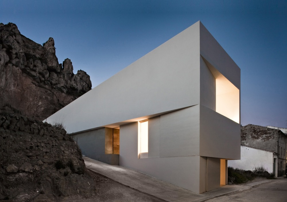 the-tree-mag_house-on-the-castle-mountainside-by-fran-silvestre-arquitectos-40.jpg