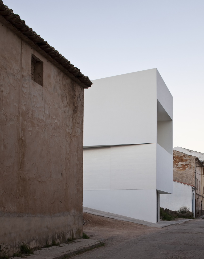 the-tree-mag_house-on-the-castle-mountainside-by-fran-silvestre-arquitectos-60.jpg