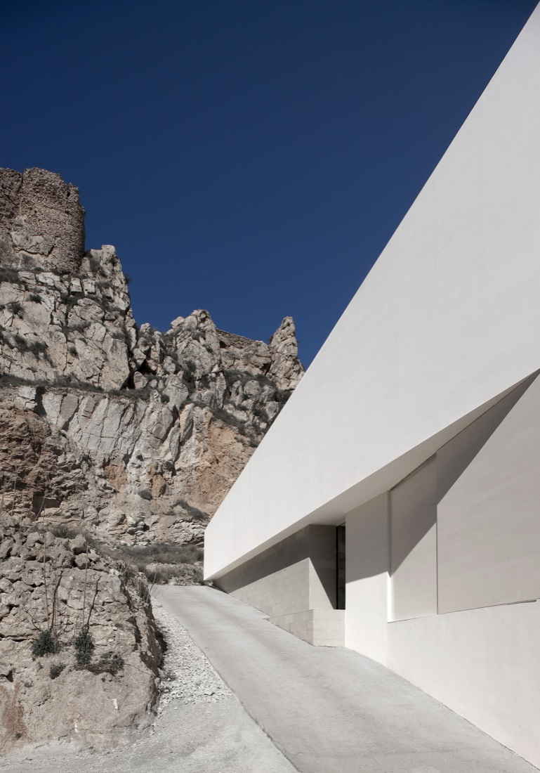 the-tree-mag_house-on-the-castle-mountainside-by-fran-silvestre-arquitectos-70.jpg