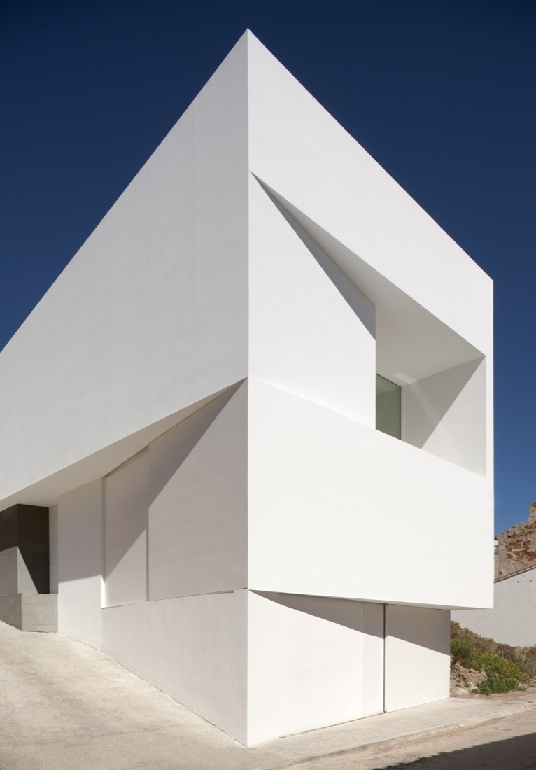 the-tree-mag_house-on-the-castle-mountainside-by-fran-silvestre-arquitectos-80.jpg