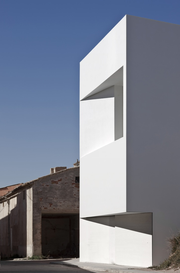 the-tree-mag_house-on-the-castle-mountainside-by-fran-silvestre-arquitectos-90.jpg
