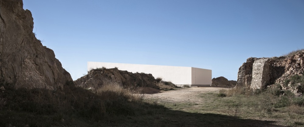 the-tree-mag_house-on-the-castle-mountainside-by-fran-silvestre-arquitectos-110.jpg