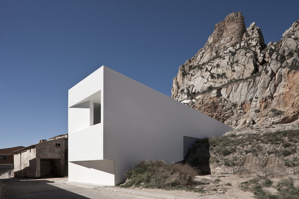 the-tree-mag_house-on-the-castle-mountainside-by-fran-silvestre-arquitectos-100.jpg