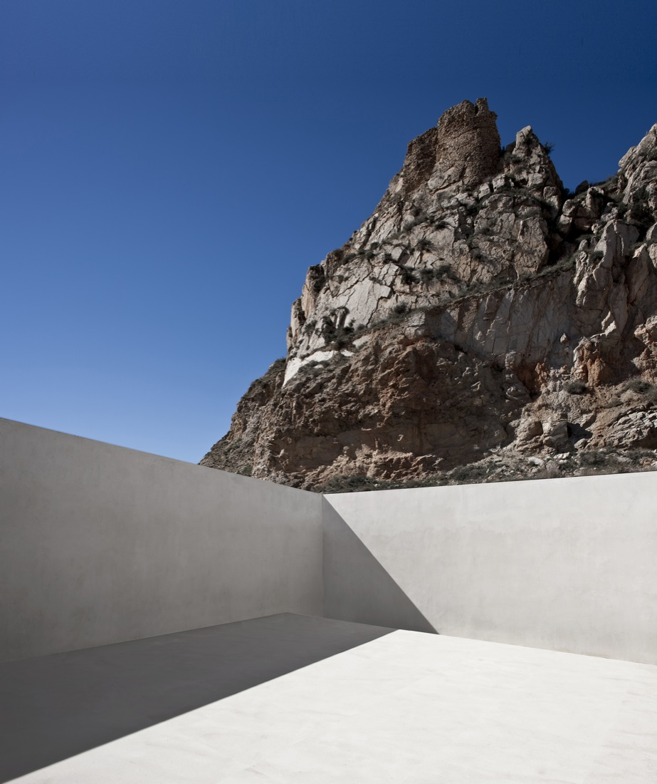 the-tree-mag_house-on-the-castle-mountainside-by-fran-silvestre-arquitectos-180.jpg