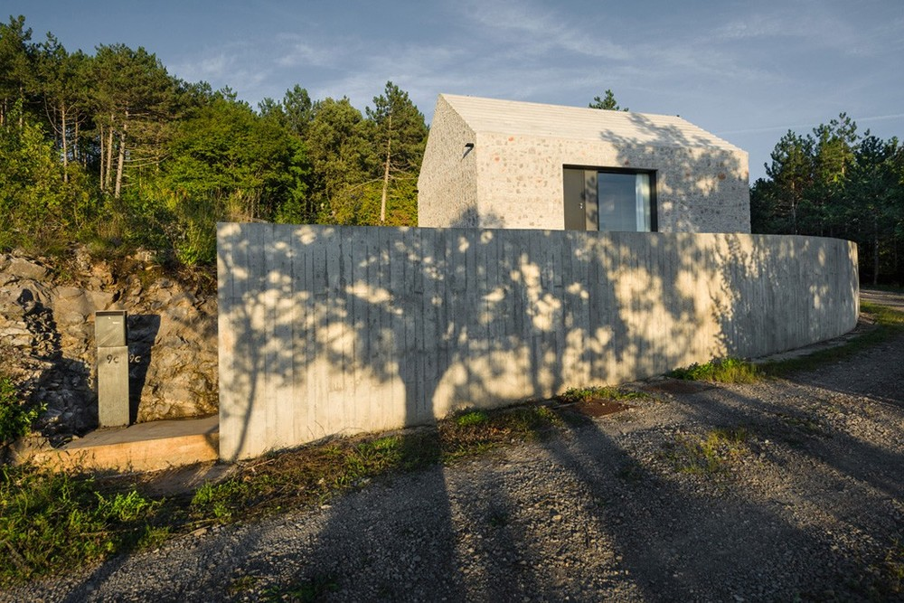 the-tree-mag-compact-karst-house-by-dekleva-gregoric-architects-20.jpg