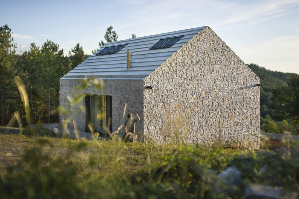 the-tree-mag-compact-karst-house-by-dekleva-gregoric-architects-40.jpg