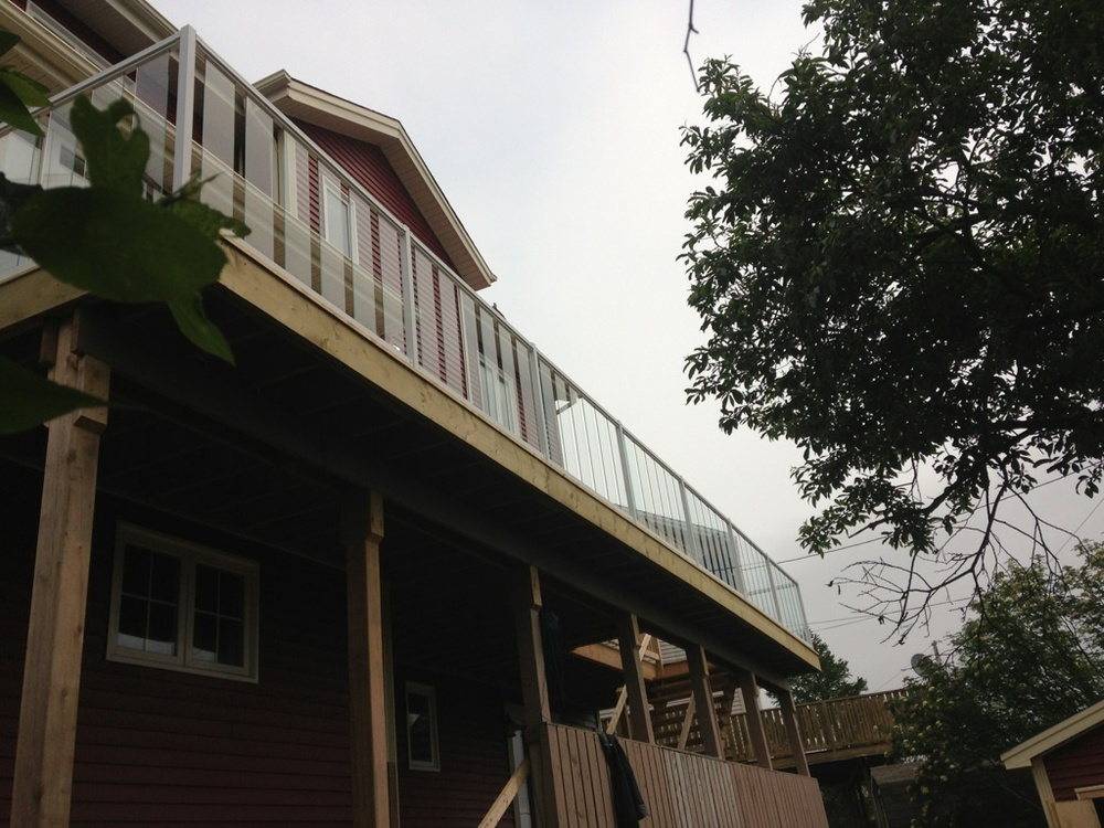 Large upper deck with aluminum railing