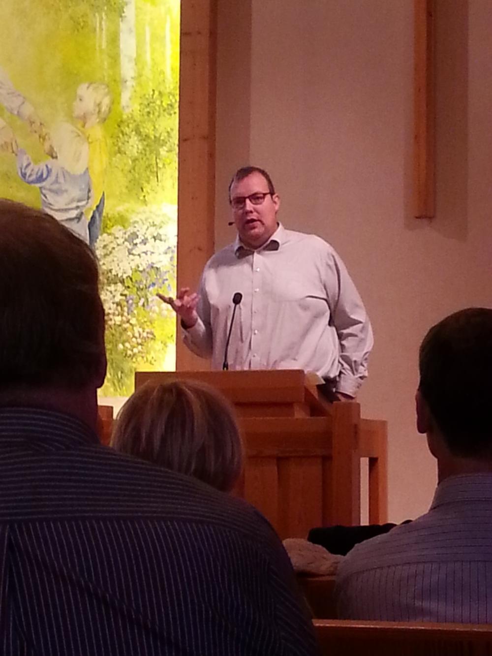 Pastor Krister Johansson predikar.
