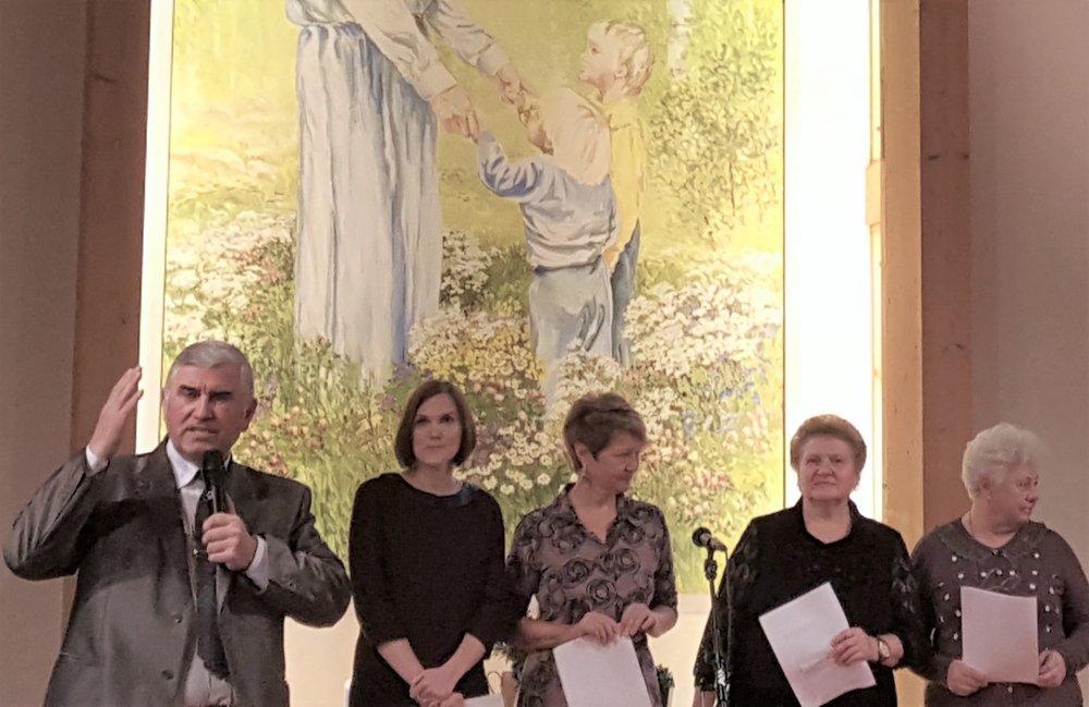 Pastor Anatoli Redin och övriga ryssar medverkade i söndagens gudstjänst.jpg