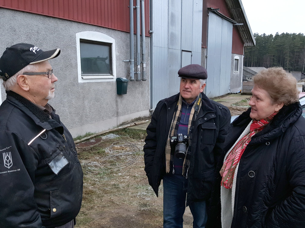 Mats Holgersson förevisade gården för ett par av de ryska gästerna.jpg