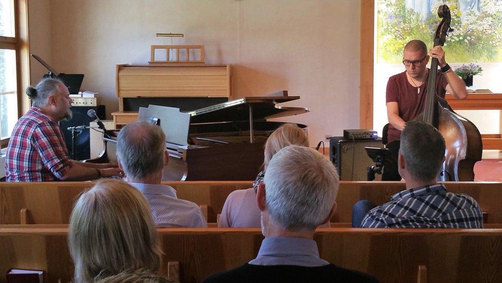 Peter Hallström och Markus Sigvardsson samtalade och sjöng om livet och tron under en samtalsgudstjänst den 23 april