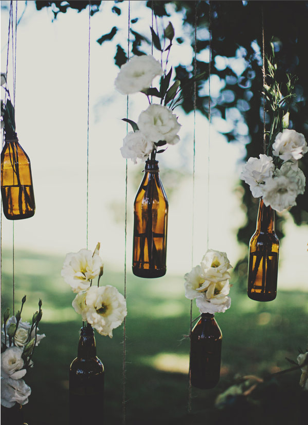 check out this easy peasy DIY of hanging bottles with floral. they're country wedding perfect!
