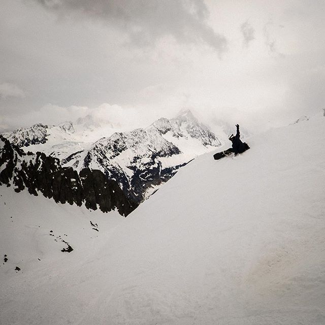 @felixmob demonstrating his cat like style in France, or finding the quickest way to the aprés bar? | @unitedshapes #felixthecat #chamonix #swedishsurfer