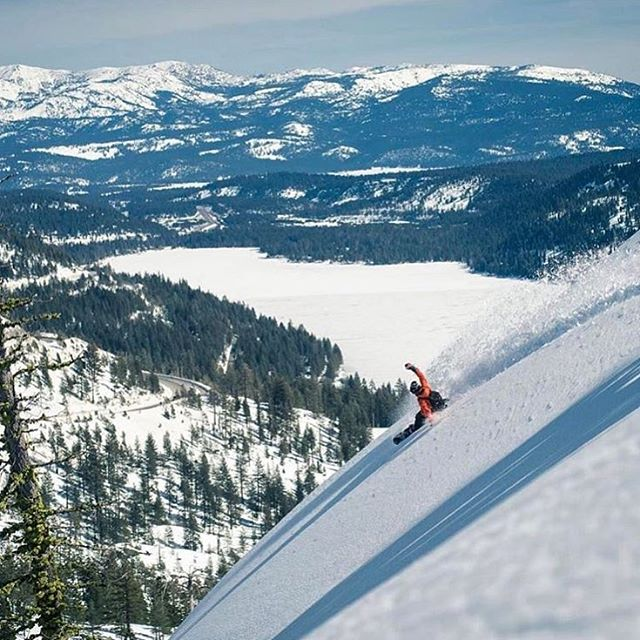 @tuckermandrews strong arming donner lake 💪 keep the little storms coming to Tahoe please Mother Nature 😉 | photo @gpmartinphoto | #sierrasurfer #strapinventureout #warpwave