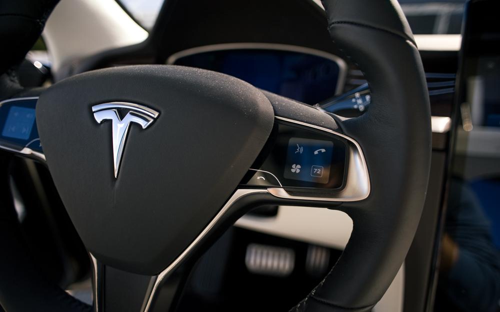 Tesla Model-X Steering Wheel iPod Nano Like Thumb Controls