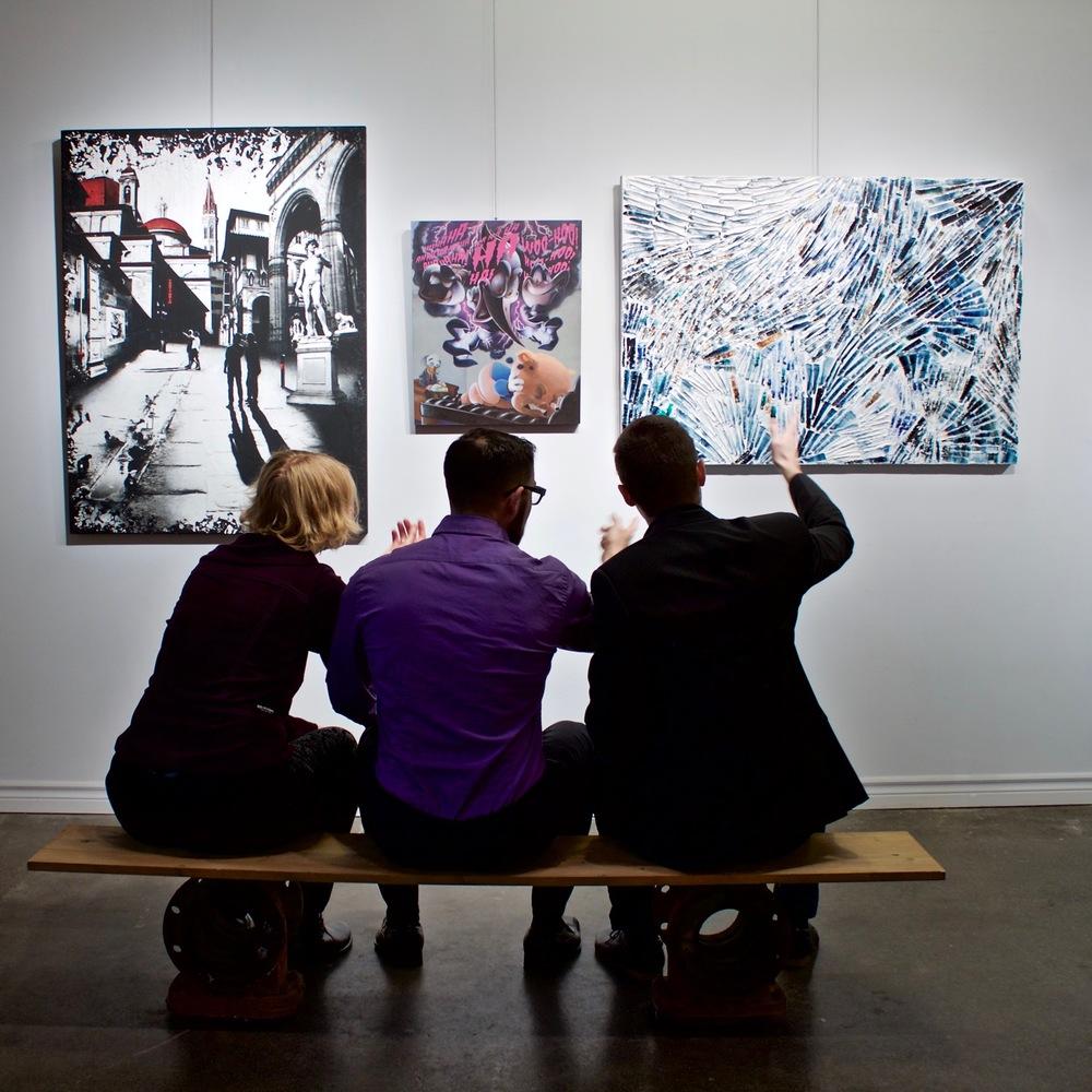 Les trois artistes émergents montréalais Denise Buisman Pilger, Jono Doiron et Louis-Bernard St-Jean et leurs œuvres respectives