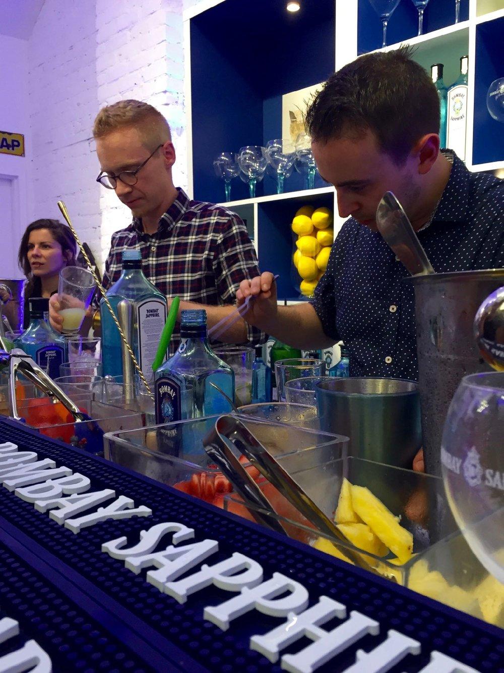 Les mixologues préparant de délicieux cocktails à base de gin Bombay Sapphire