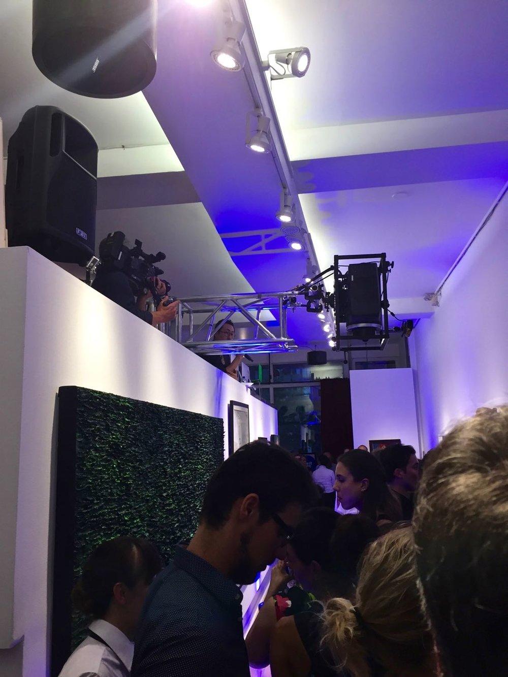 Le propriétaire et directeur de la galerie, Juno Youn, lance l'événement