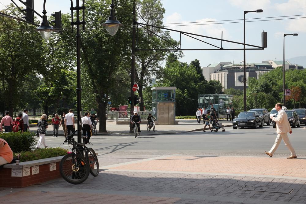 Метроспирката прегражда пътя на пешеходния поток от Витошка към парка на НДК. Асансьорът за инвалиди е точно в оста на входа на парка.