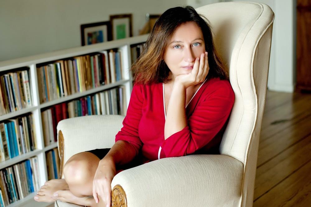 Perihan Mağden photographiée chez elle par le photographe ©Muhsin Akgün.