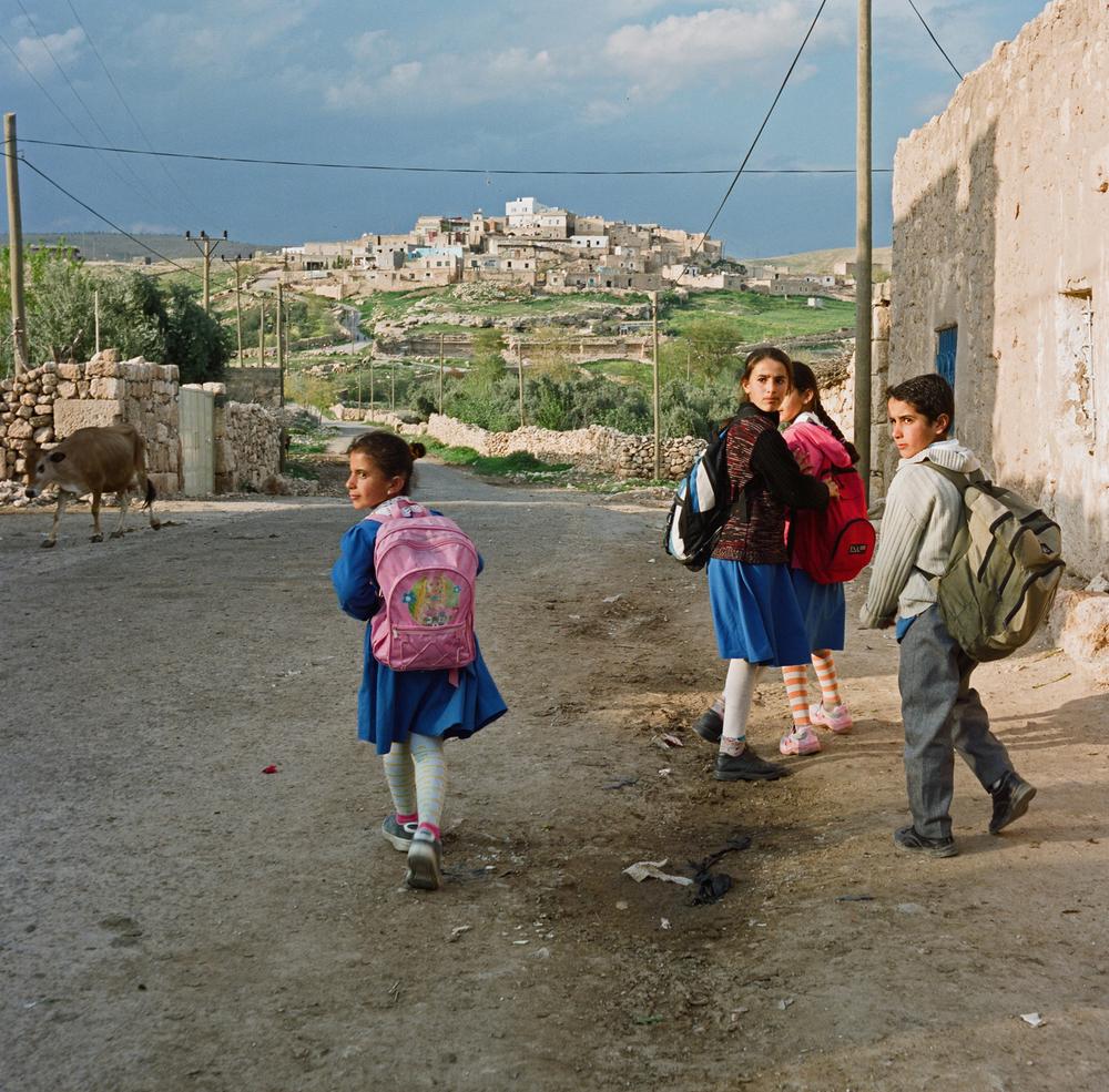 """Photo prise par Eric Broncard, le mari de Claire dans les environs de Mardin en 1995. """"Ma fille avait trouvé les tabliers bleus des petites écolières si jolis qu'on lui en avait acheté un au bazar."""""""