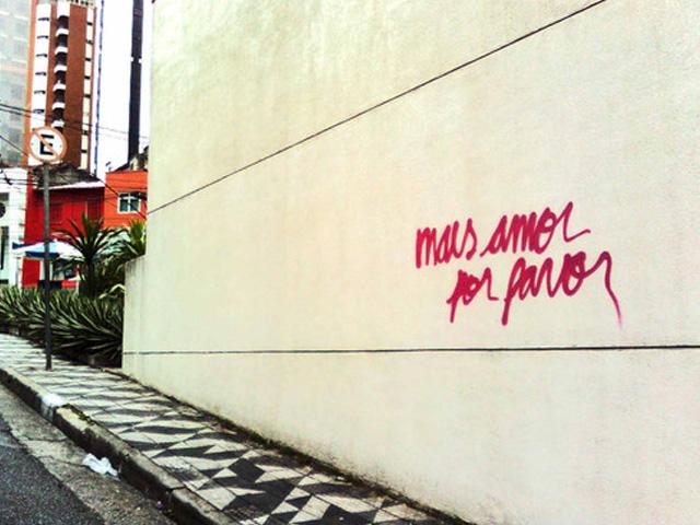 """""""Mais amor por favor"""" vira pixação, mas em letra cursiva, respeitando a delicadeza que se espera do amor.  Foto: Ygor Marotta.com"""