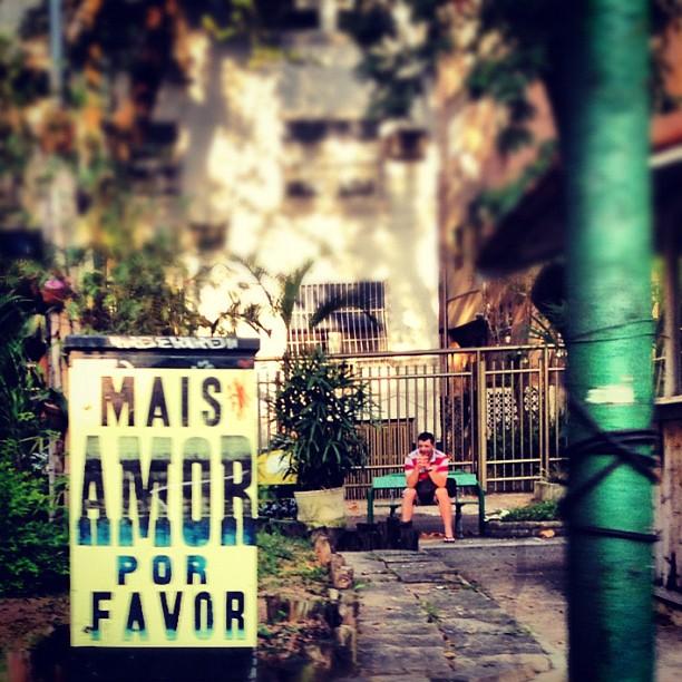 """""""More love please"""" poster - Rio de Janeiro Foto: ygormarotta.com"""