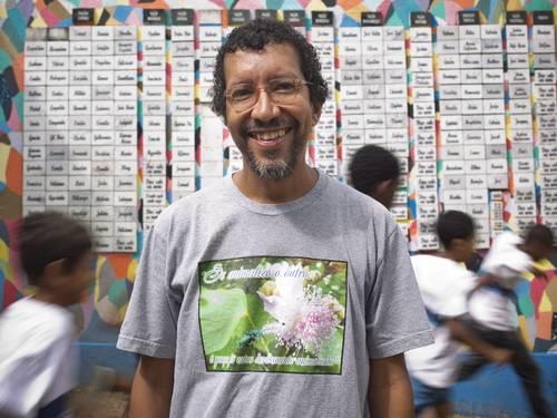 """O professor Luiz Henrique Rosa em frente ao mural do Projeto """"Qual é a Graça?"""" Foto: Paula Giolito (O Globo)"""