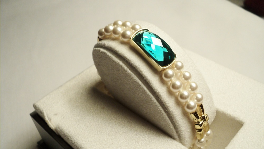 6mm Cream Swarovski Glass Pearl Bracelet with Faceted Emerald Glass2.jpg