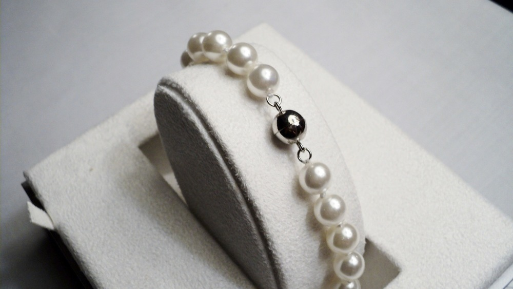 8mm White Sea Shell Pearl Bracelet With Silver Plated Round Magnetic Clasp _Back.JPG