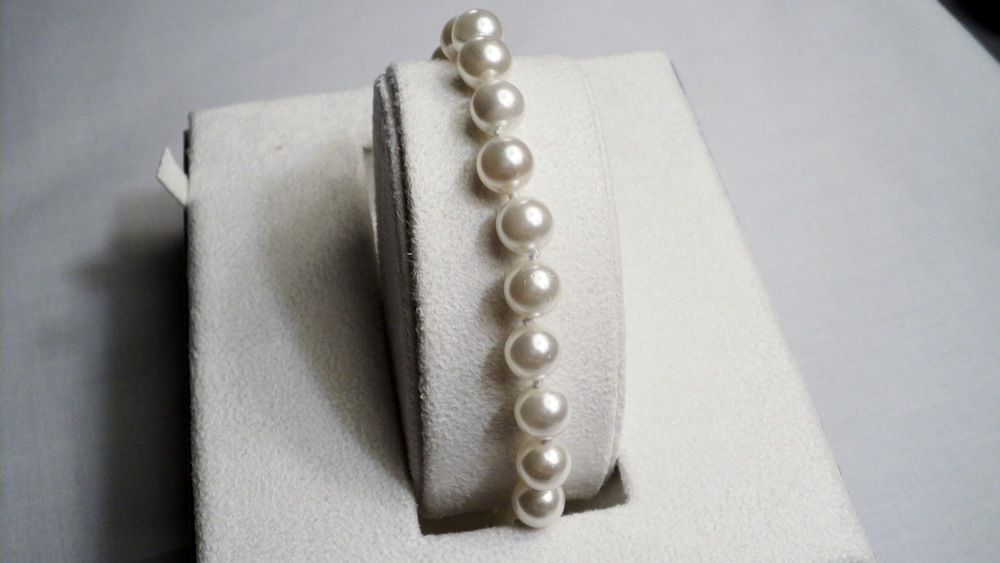 8mm White Sea Shell Pearl Bracelet With Silver Plated Round Magnetic Clasp _Front1.JPG