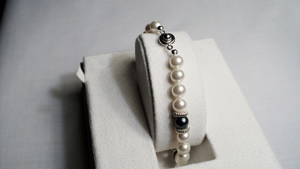 9 inches strand of 8mm White and Peacock Swarovski Glass Pearl Bracelet adorned with Ridged Silver Tone Discs _Back.JPG