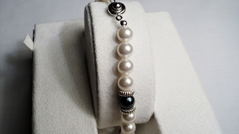 9 inches strand of 8mm White and Peacock Swarovski Glass Pearl Bracelet adorned with Ridged Silver Tone Discs _Back2.JPG