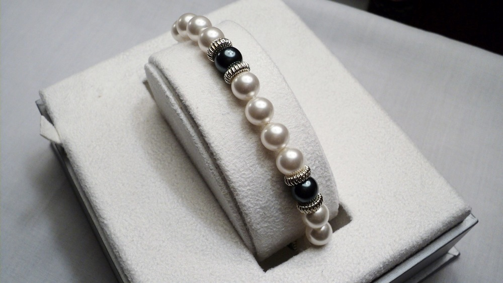 9 inches strand of 8mm White and Peacock Swarovski Glass Pearl Bracelet adorned with Ridged Silver Tone Discs _Front.JPG