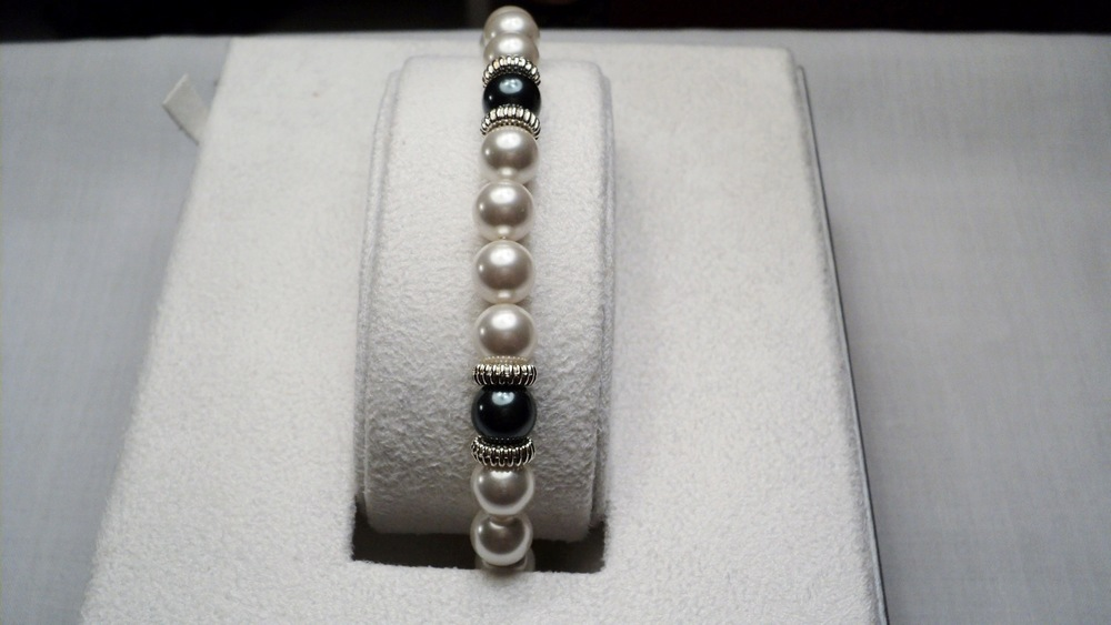9 inches strand of 8mm White and Peacock Swarovski Glass Pearl Bracelet adorned with Ridged Silver Tone Discs _Front2.JPG